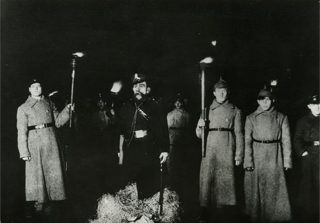 Сжигают чучело городового 1921 г